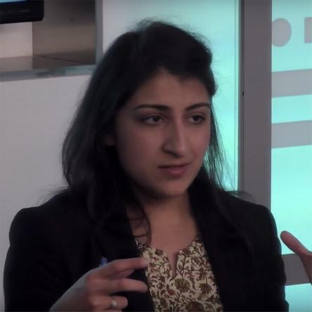 리나 킨 (출처: 위키미디어 공용, CC BY 3.0) https://en.wikipedia.org/wiki/Lina_Khan#/media/File:Lina_Khan_2016.jpg