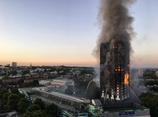"""그린펠타워 화재 사건('17년 6월 14일, 사망 72명, 실종 1명, 부상 74명). """"같은 켄싱턴 지역이라도 부자들이 많이 사는 노팅힐 아파트라면 이런 사고가 발생했겠느냐"""" (그린펠타워 입주민)"""