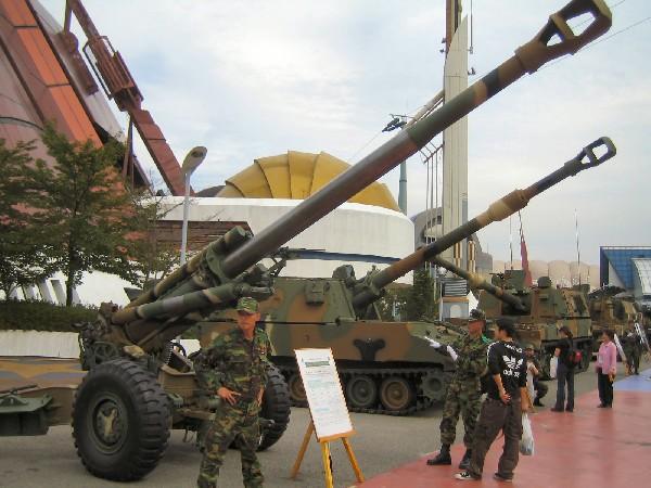 한국(기업)은 이라크에선 건설공사를 하고, 이란에는 전투기 부품, 차량, KH-179 곡사포 등의 무기 부품을 팔았다. 사진 맨 앞에 보이는 게 KH0179 155mm 견인포.