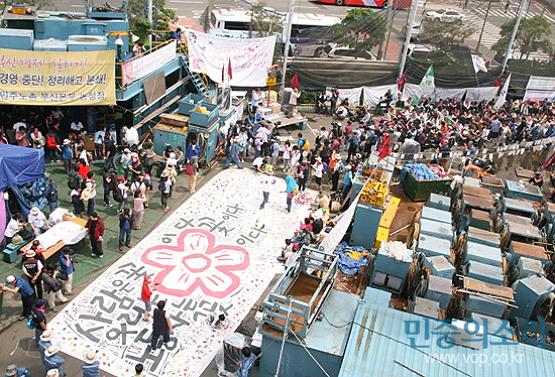 2011년 6월 12일 한진중공업 영도조선소로 진입한 희망버스 (출처: 전국금속노조 부양지부)
