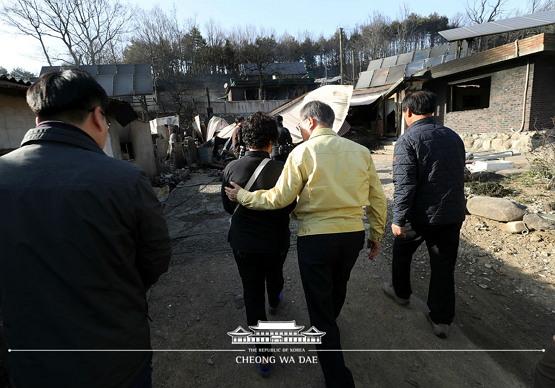 피해지역에 방문해 주민을 위로하는 문재인 대통령 (출처: 청와대, 2019. 4. 5.)
