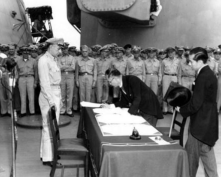 1945년 9월 2일 일본 외무대신 시게미쓰 마모루(重光葵)가 USS 미주리에서 항복 문서에 서명하고 있는 모습.