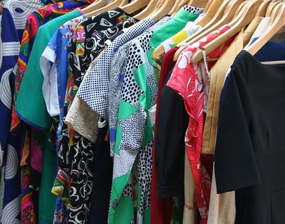 남자친구는 옷을 사서 내 옷장에 넣어두었다.