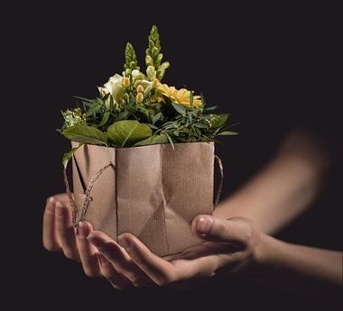 꽃집 주인은 내가 준비해 간 종이봉투에 흔쾌히 꽃을 담아주었다.
