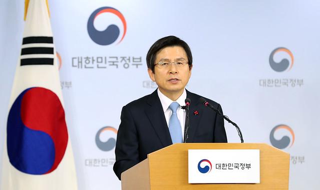 황교안 (사진은 박근혜 정부의 국무총리로 재임하던 2016년 12월 8일 모습, 출처: 대한민국 정부, CC BY)