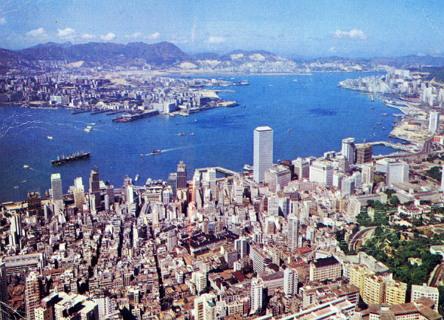 도쿄, 싱가포르와 함께 아시아 금융과 제조업의 중심지로 역할하며 번영을 구가한 1980년대 초반의 홍콩 모습.