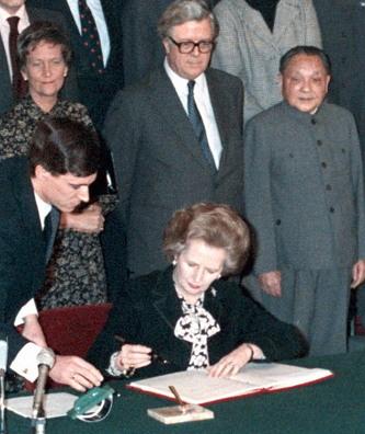 1984년 12월 19일 홍콩 반환 문서에 서명하는 대처 영국 수상.