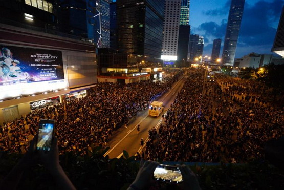 2019년 6월 16일 현지 시각 19시 40분쯤 시위대 중 한 명이 호흡 곤란으로 탈진했다는 응급 신고가 접수돼 앰뷸런스가 해당 시민을 병원으로 후송하는 장면. 2019년 6월 16일 홍콩에서 일어난 '모세의 기적'