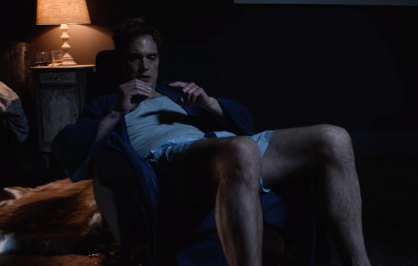 의사 도슨은 '초정상 자극'이 주는 쾌락에 빠져 스스로 자신을 자해하기에 이른다. (출처: 블랙 미러 (시즌 4-6) '블랙 뮤지엄', 넷플릭스)