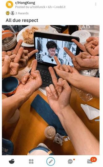 화면 속에서 법안의 무기한 연장을 발표하는 캐리 람 장관에게 '벅유'를 날리는 시민들.