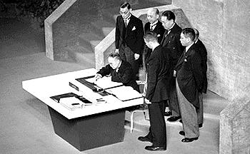 1951년 9월 8일 샌프란시스코 강화조약에 서명하는 요시다 시게루 총리 및 이케다 하야토, 도마베치 기조, 호시시마 니조, 도쿠가와 무네요시, 이치마타 히사토 (출처: 퍼블릭 도메인)