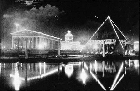 테네시 센테니얼공원에서 1897년에 열린 이벤트. 에디슨의 전구가 파르테논과 피라미드 조형물을 밝히고 있다. (출처: 퍼블릭 도메인)