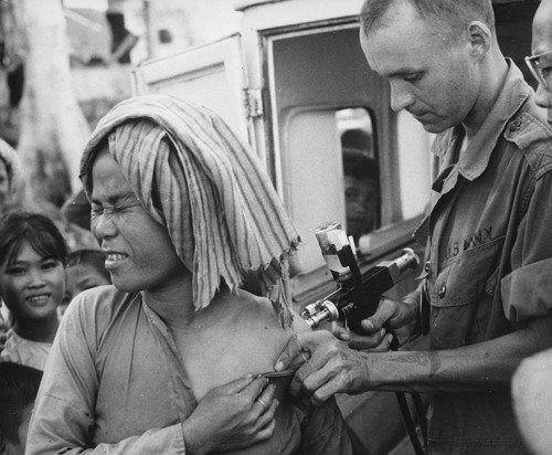 콜레라 예방 접종하는 미군의 모습 (1966, 퍼블릭 도메인)