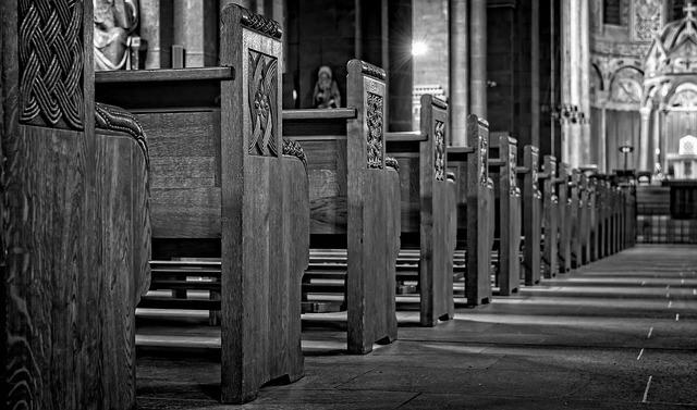 아직도 예배를 고집하는 대형 교회가 있다.