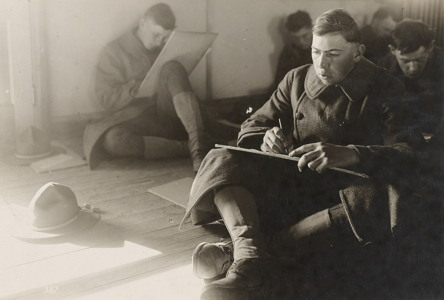 1917년 11월 버지니아 포트리에서 '알파지능검사'를 치르는 미군 병사들 (퍼블릭 도메인)