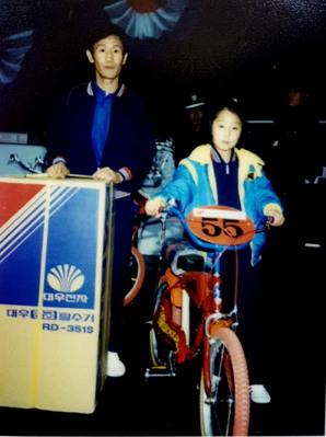 '86 탁구축제' 당시. 1등을 한 아버지는 탈수기를, 3등을 한 안국희 선생은 자전거를 상품으로 받았다.