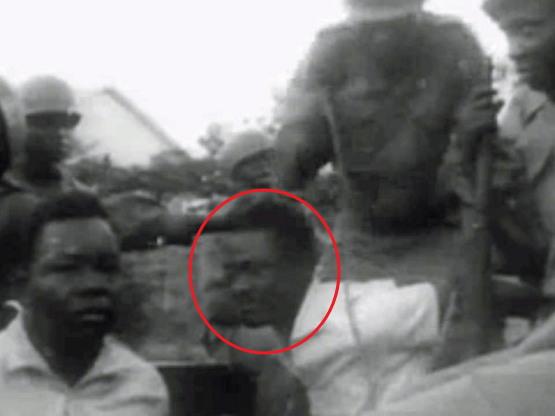 체포된 루뭄바 (가운데 붉은 원 안의 인물)