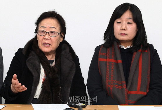 2015년 12월 28일 서울 마포구 정대협 사무실에서 일본군 위안부 문제 해결을 위한 한일외교장관 회담과 관련해 입장을 밝히고 있는 이용수 (사진제공: 민중의소리, ⓒ정의철 기자) http://www.vop.co.kr/A00000976016.html