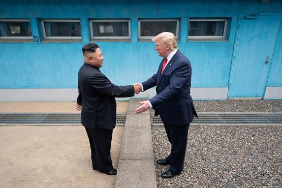 김정은과 악수하는 트럼프, 백악관, 퍼블릭 도메인 ( 2019년 6월 30일, 2019 남북미 정상회담)