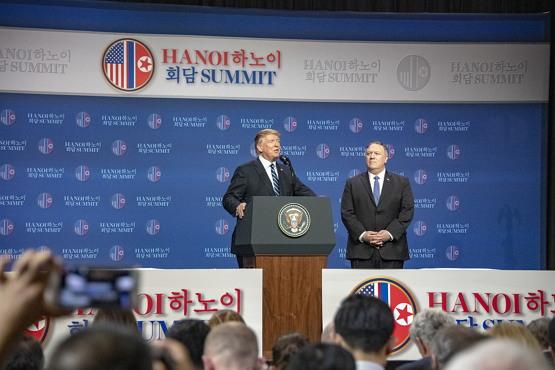 회담 직후 트럼프 대통령이 마이크 폼페이오 국무 장관과 행한 기자 회견(출처: 백악관, 퍼블릭 도메인,
