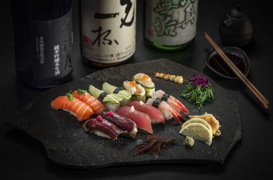 위키미디어 공용 (CC BY SA 3.0) https://ja.wikipedia.org/wiki/%E5%AF%BF%E5%8F%B8#/media/%E3%83%95%E3%82%A1%E3%82%A4%E3%83%AB:East_West_sushi_01.jpg
