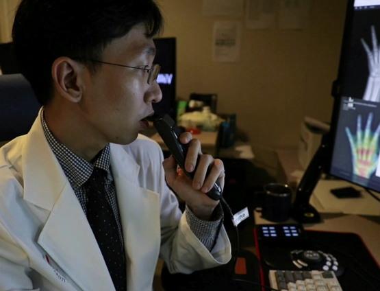 2019년 인하대 병원 영상의학과 판독실. 인공 지능을 이용한 음성 인식 소프트웨어와 골연령 진단 프로그램을 통해 판독하고 있는 모습. 인공 지능은 이미 여러 의료의 영역에서 활용되고 있다.