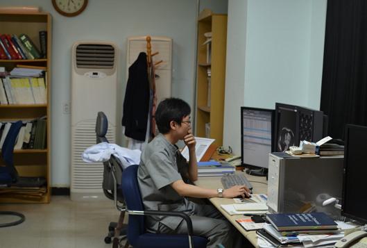 2014년 강릉아산병원 영상의학과 전공의 시절. 영상의학과 의사는 평면적인 이미지 속에서 그 속에 숨겨진 진실을 찾아내 환자의 진단과 치료에 이바지한다.