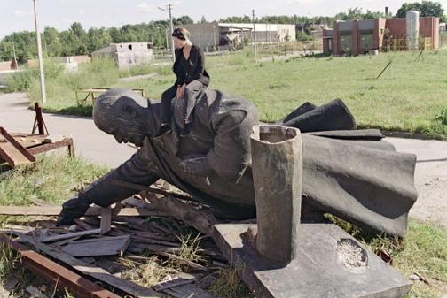파괴된 레닌 동상.