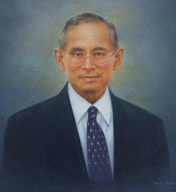 짜그리 왕조의 '라마 9세'인 푸미폰 아둔야뎃 국왕(1927.12.5. ~ 2016.10.13.) 1946년 즉위한 이래 70년 동안 집권했으며, 대다수 태국 국민에게는 정신적인 아버지로 추앙받았다. (출처: 위키미디어 공용)