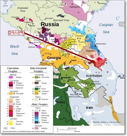 캅카스 지역의 민족 집단과 언어 집단를 분류한 지도. 캅카스 산맥(위 지도의 갈색선)을 경계로 북캅카스가 남캅카스보다 좀 더 복잡한 양상을 띤다. (2009, 퍼블릭 도메인)