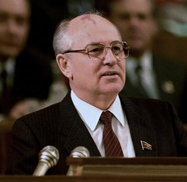 고르바초프의 '개혁'과 '개방'은 체제의 이완을 가속하면서 위성국가들의 민족주의 이슈를 다시 불붙게 했다. (출처: 위키미디어 공용, CC BY SA 3.0)