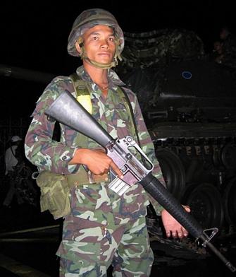 2006년 군부 쿠데타 당시 M16으로 무장한 채 방콕 시내에 주둔한 태국 육군 국인의 모습. (출처: 위키미디어 공용, CC BY-SA 2.0)