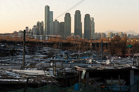 타워팰리스와 구룡마을 (출처: 上善若水) http://blog.daum.net/landha/15744362