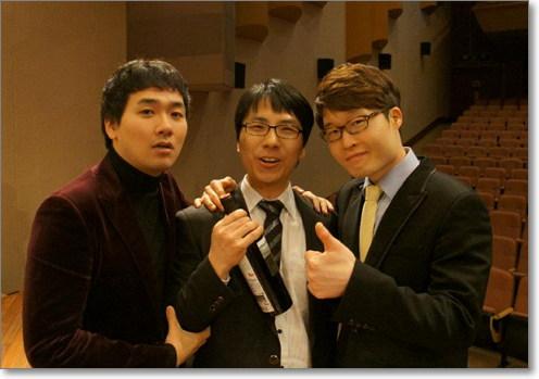 박영균 교수는 카이스트 재학 당시 10년간 합창 동아리 '코러스'에서 활동했다. 사진은 2011년 11월, 합창단 공연 당시 합창단에서 함께 즐겁게 활동했던 선배인 김세현, 김철호와 함께.