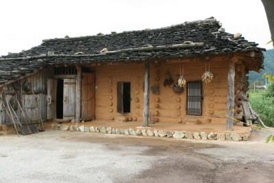 강원도 인제산촌민속박물관의 토막집 전경